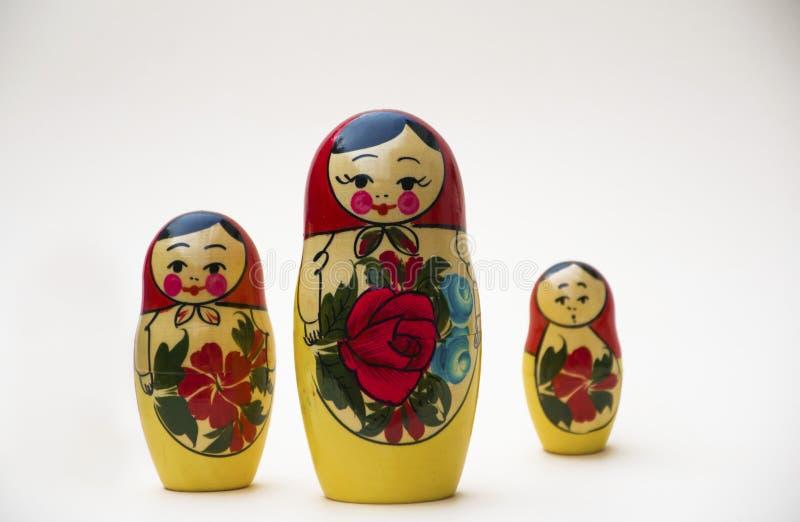 Mu?ecas rusas de la jerarquizaci?n en un fondo blanco imágenes de archivo libres de regalías