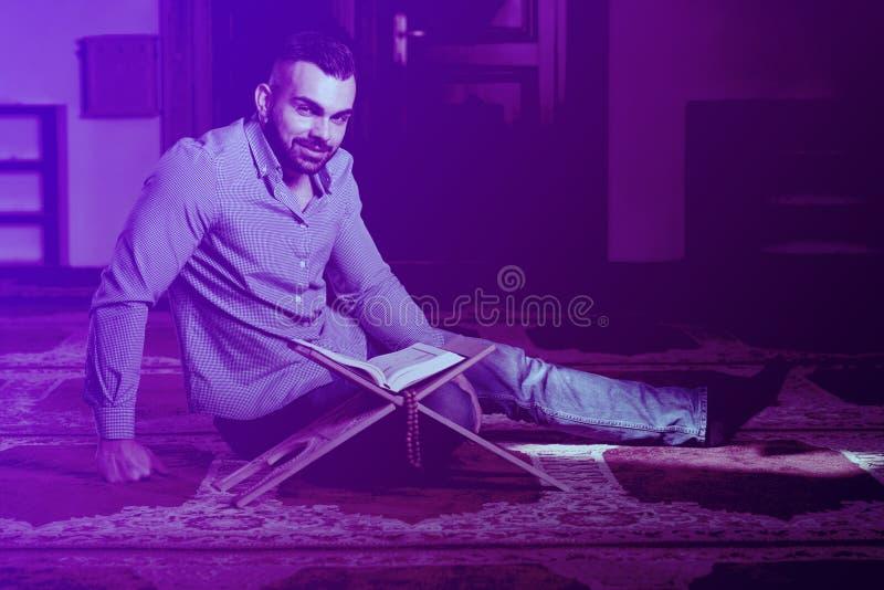 Mu?ulmanos atrativos Guy Reading The Koran fotografia de stock
