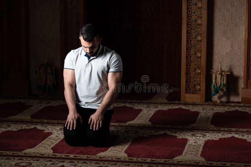 Mu?ulmanos novos Guy Praying imagem de stock royalty free