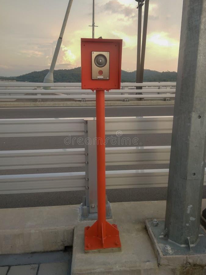 Muara, Bandar Seri Begawan/Brunei Darussalam - 18 de maio de 2019: Cabine da emergência para o telefonema nas pontes de RIPAS, B imagem de stock
