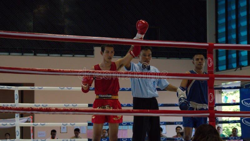 优胜者 泰拳拳击 战斗在体育拳击台的拳击手 免版税库存照片