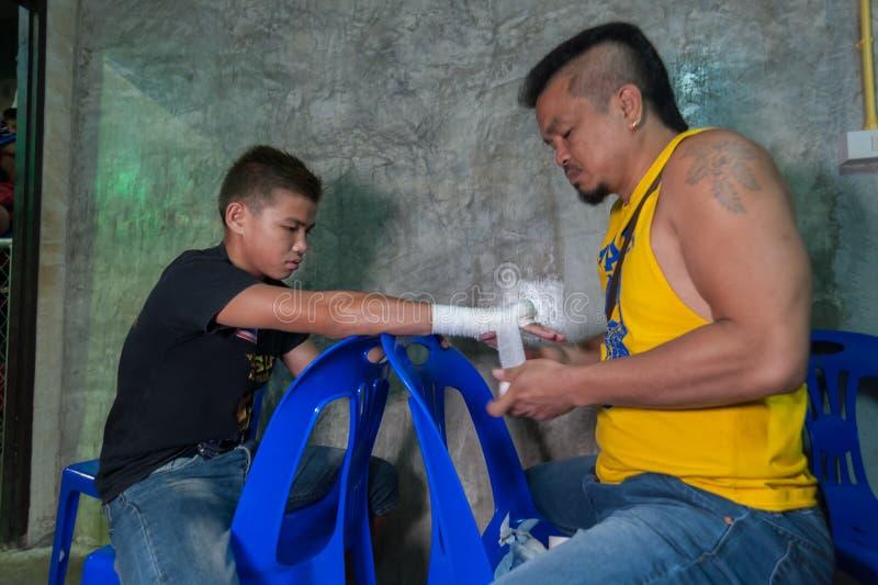 Muay tajlandzka myśliwska swathing ręka w boksu bandażu zdjęcie royalty free
