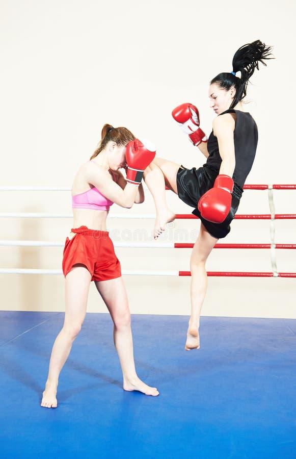 Muay thai kvinnastridighet på boxningsringen arkivbilder