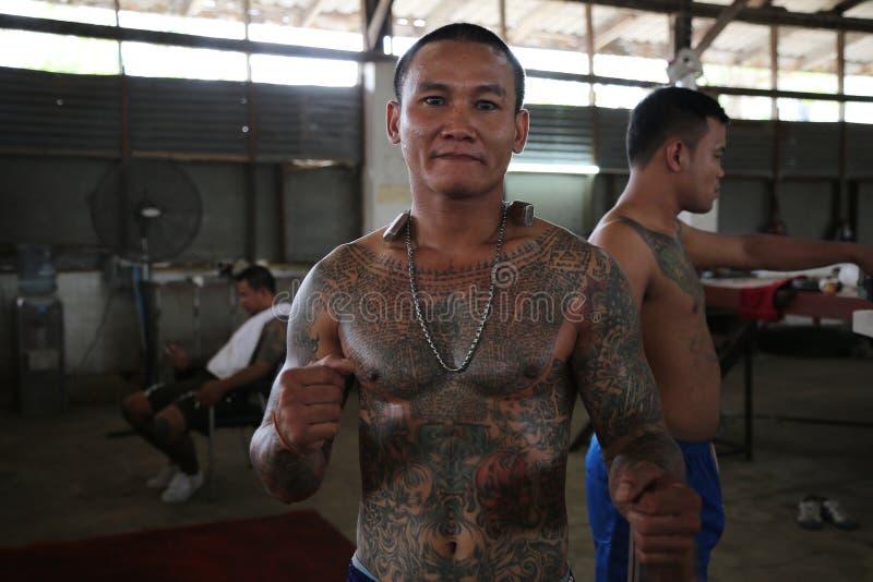 Muay thailändsk fängelsekämpe arkivbild