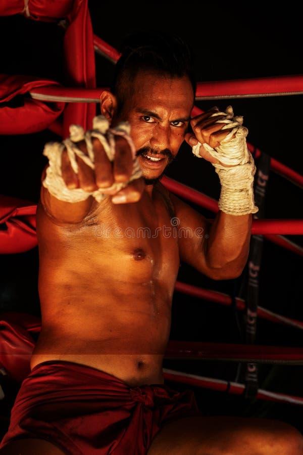 Muaythai kämpe i handling arkivfoto