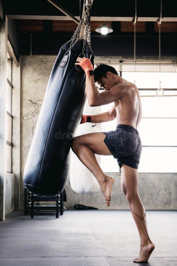Muaythai kickboxning av en påse royaltyfri fotografi