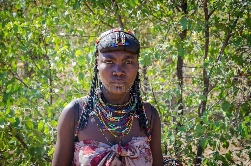 Mucawana或Muhacaona有美丽的五颜六色的小珠首饰和精心制作的头发的部落画象妇女 免版税库存图片