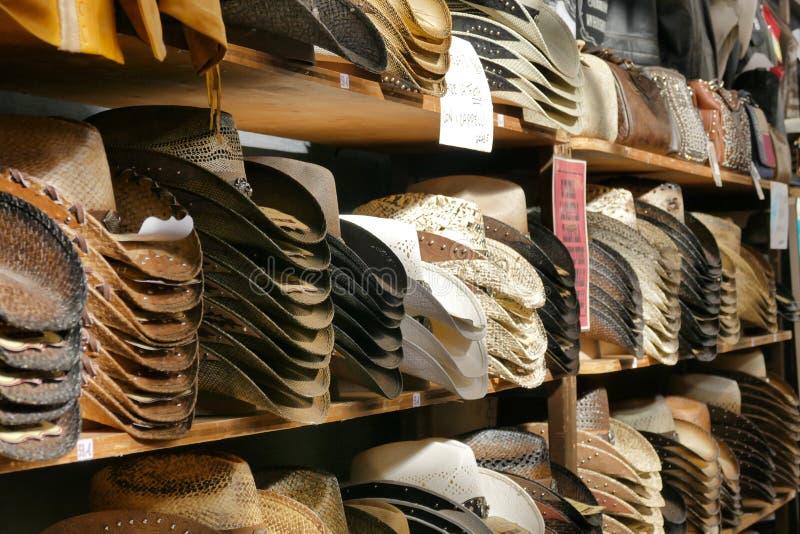 Mucchi dei cappelli americani occidentali nelle file fotografia stock libera da diritti