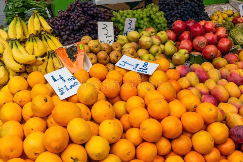 Mucchi delle arance e di altri frutti da vendere immagini stock libere da diritti