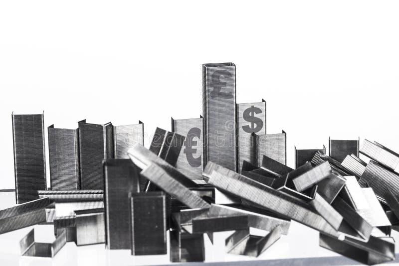 Mucchi delle graffette impilate per assomigliare alle istituzioni finanziarie immagini stock libere da diritti