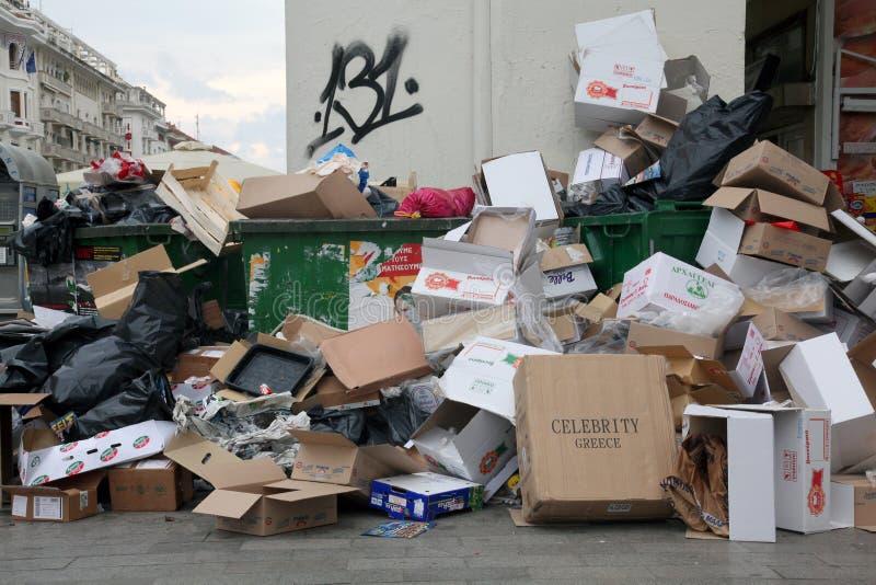Mucchi di immondizia nel centro di Salonicco fotografia stock