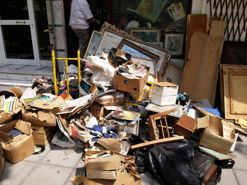 Mucchi di immondizia nel centro di Salonicco immagine stock libera da diritti