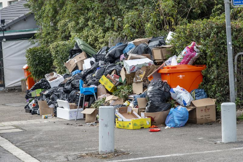 Mucchi di immondizia sul marciapiede dovuto colpire immagini stock libere da diritti