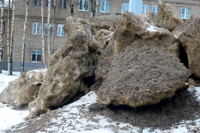 Mucchi di neve sporca dal lato della strada immagini stock