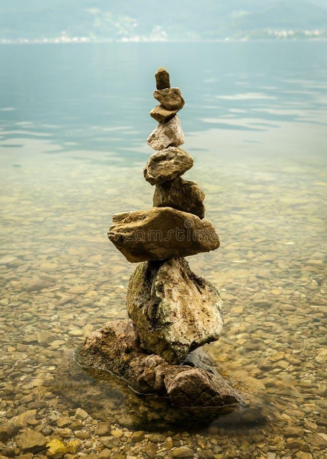 Mucchi di una pietra sulla riva del lago Traunsee immagine stock