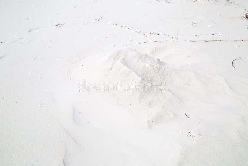 Mucchio bianco della sabbia sulla spiaggia immagini stock libere da diritti