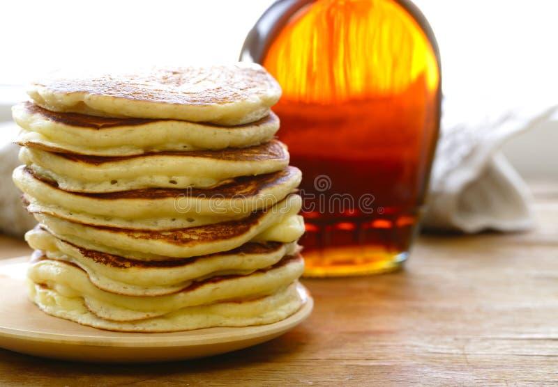Mucchio casalingo dei pancake su un piatto fotografia stock