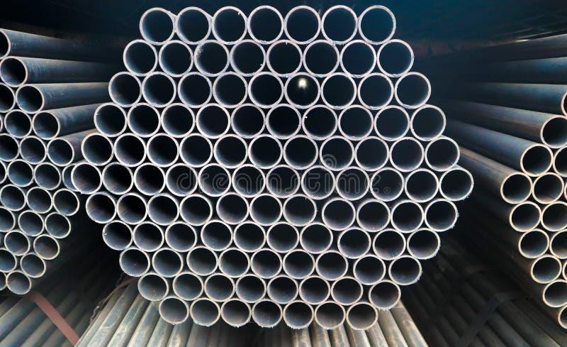 Mucchio d'acciaio e di alluminio del metallo del tubo nel magazzino del carico per trasporto e la logistica alla fabbrica fabbric fotografie stock