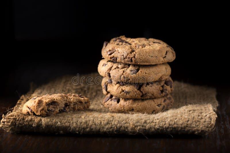 Mucchio dei biscotti del cioccolato zuccherato fotografia stock libera da diritti