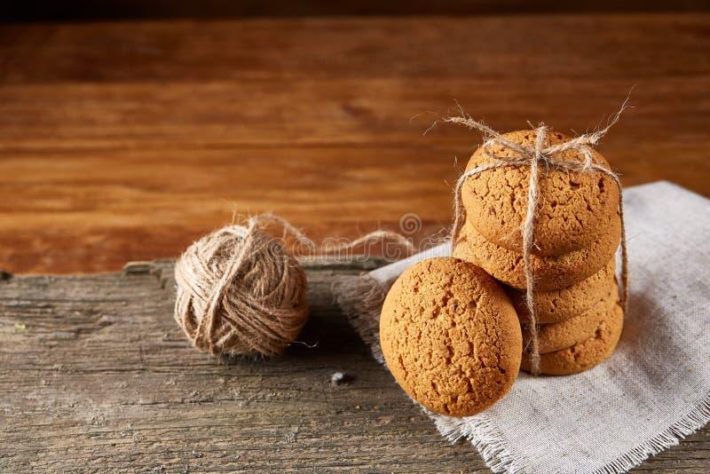 Mucchio dei biscotti dell'avena sulla tavola di legno, primo piano, fuoco selettivo fotografia stock libera da diritti