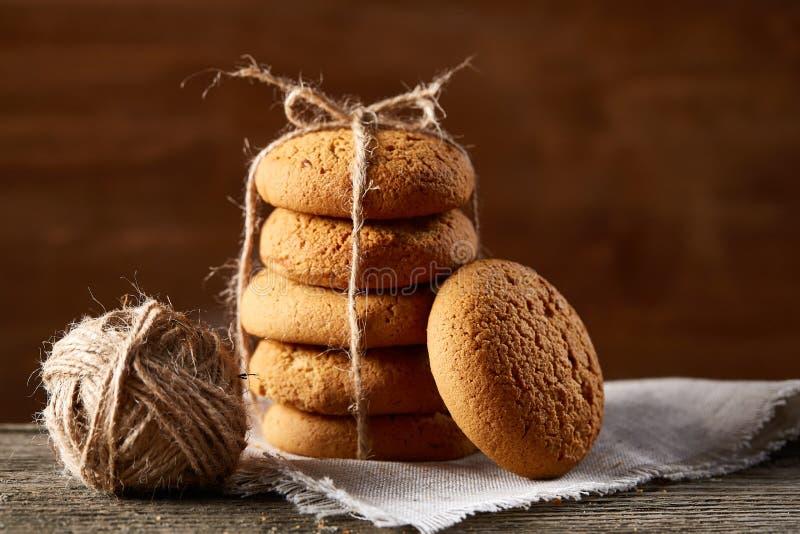 Mucchio dei biscotti dell'avena sulla tavola di legno, primo piano, fuoco selettivo fotografia stock
