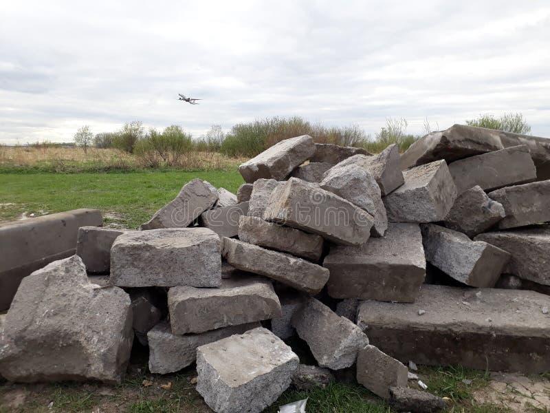 Mucchio dei blocchi di pietra e di un decollo piano immagini stock