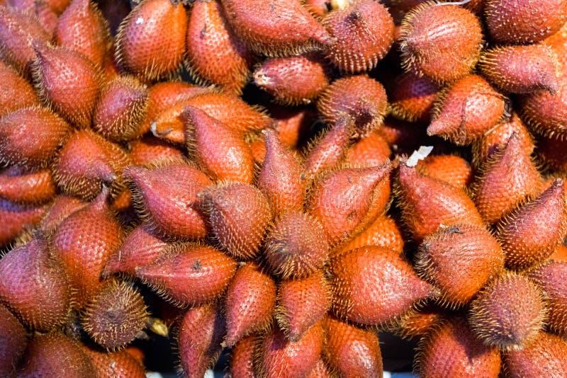 mucchio dei frutti di salacca nel mercato di prodotti freschi della Tailandia i frutti tropicali famosi raccomandano al turista e immagini stock