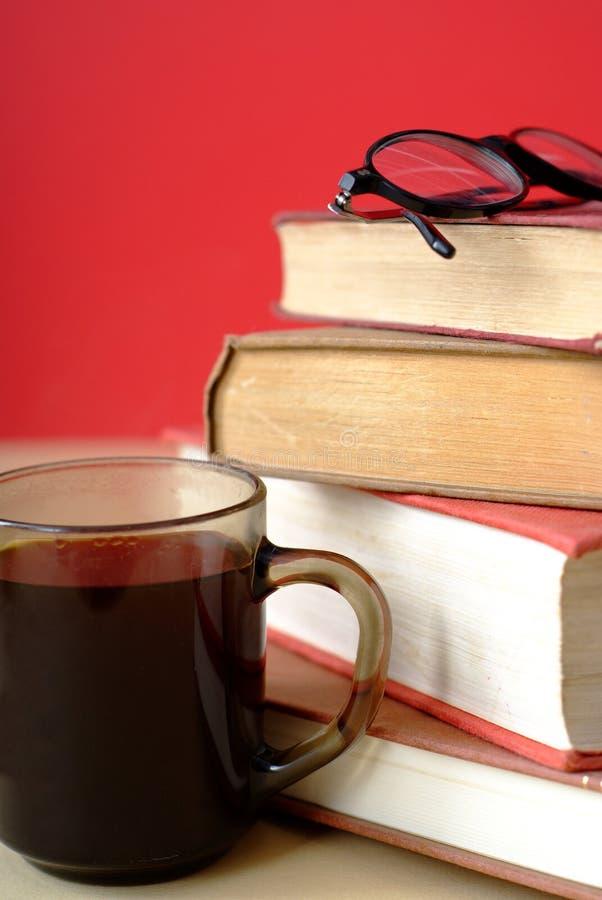 Mucchio dei libri, del caffè e dei vetri di lettura fotografie stock libere da diritti