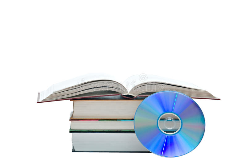 Mucchio dei libri, del libro aperto e del disco di DVD fotografia stock libera da diritti