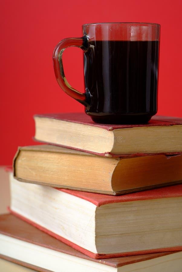 Mucchio dei libri e del caffè 1 immagine stock