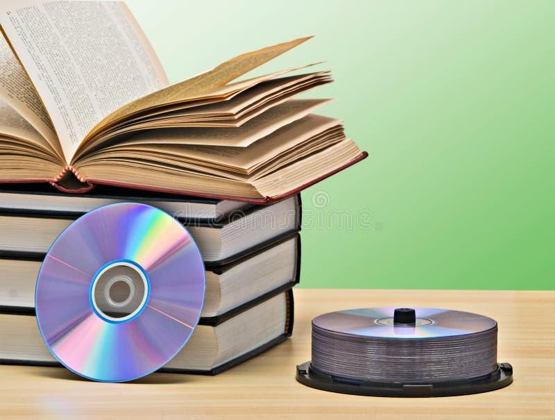Mucchio dei libri e di DVD immagine stock libera da diritti