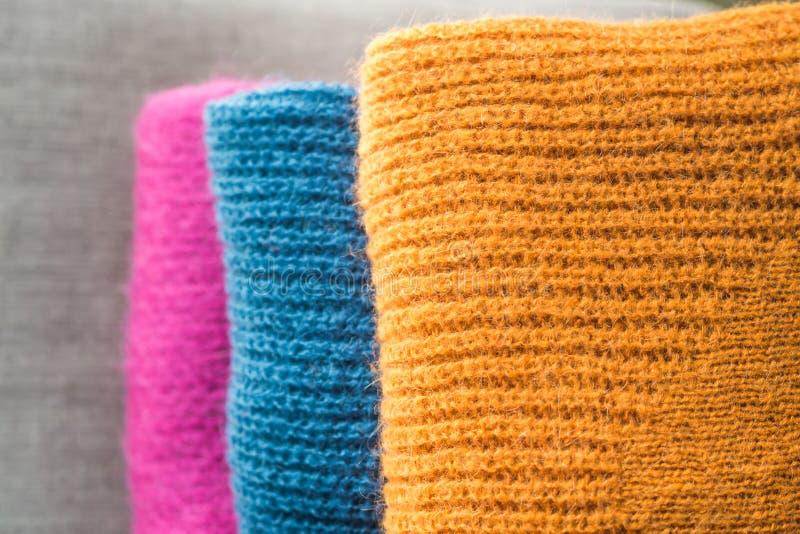 Mucchio dei maglioni di lana di colore fotografie stock