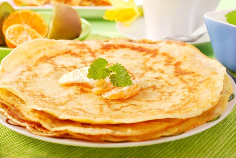 Mucchio dei pancake sulla zolla immagine stock libera da diritti