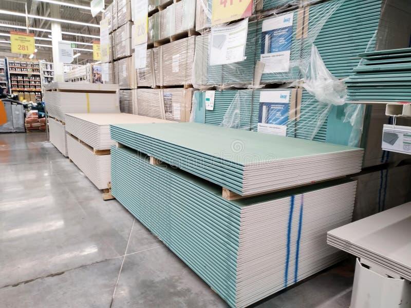 Mucchio dei pannelli di carta e gesso del gesso in un grande supermercato Leroy Merlin dei materiali da costruzione fotografia stock libera da diritti