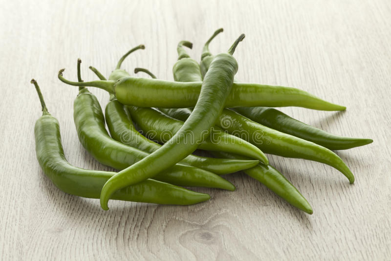 Mucchio dei peperoncini verdi freschi immagine stock