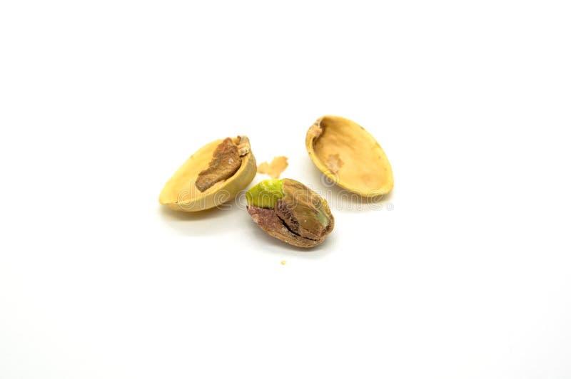 Mucchio dei pistacchi maturi dei roastes isolati su fondo bianco fotografia stock