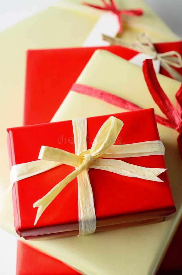 Mucchio dei regali avvolti con gli archi da sopra fotografie stock