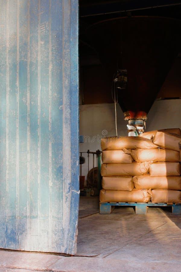 Mucchio dei sacchi della farina in un vecchio mulino da grano immagine stock