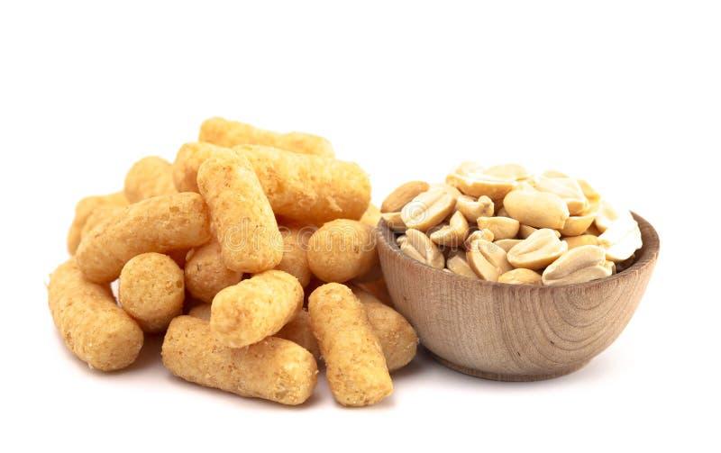 Mucchio dei soffi del burro di arachidi isolati su un fondo bianco fotografia stock