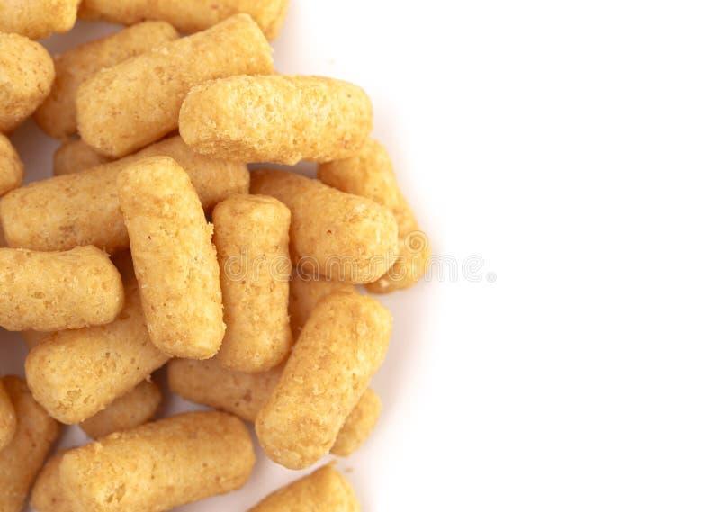 Mucchio dei soffi del burro di arachidi isolati su un fondo bianco immagine stock libera da diritti