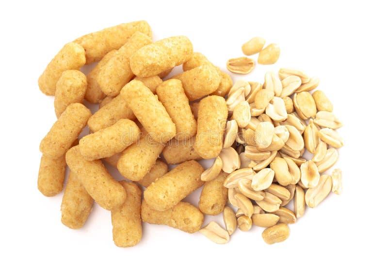 Mucchio dei soffi del burro di arachidi isolati su un fondo bianco fotografie stock libere da diritti