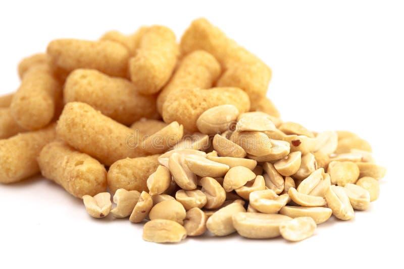 Mucchio dei soffi del burro di arachidi isolati su un fondo bianco immagini stock libere da diritti