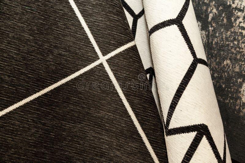 Mucchio dei tappeti con le stampe variopinte, primo piano immagini stock