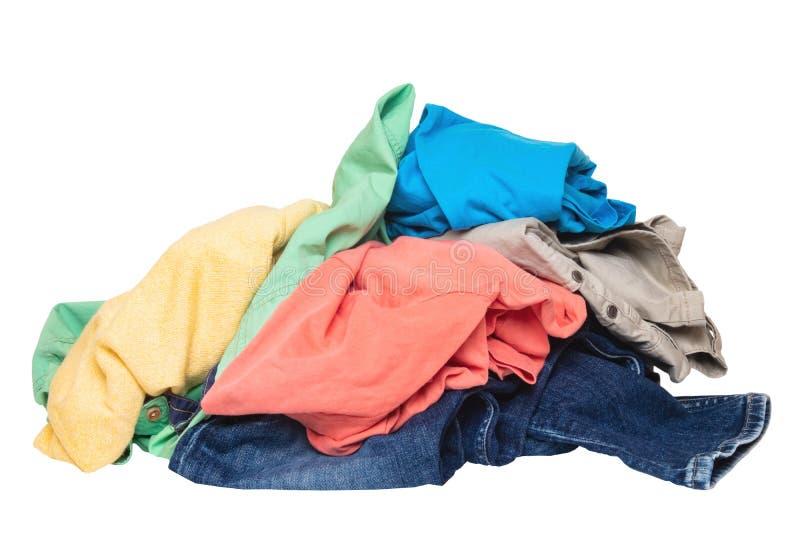 Mucchio dei vestiti isolati Pila di vestiti sporchi variopinti pronti per la lavanderia isolata su un fondo bianco fotografia stock libera da diritti