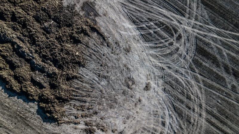 Mucchio del concime sul campo Lavoro del giacimento della molla Rilevamento aereo immagini stock libere da diritti