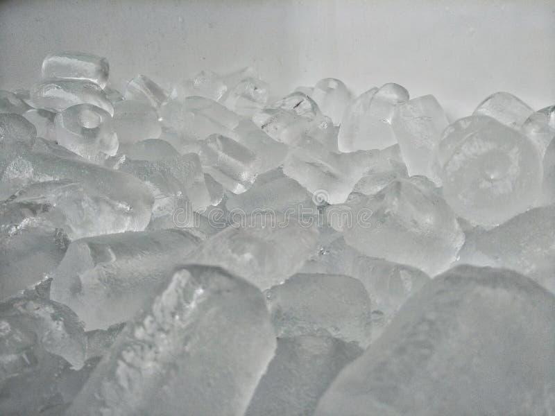 Mucchio del ghiaccio nel secchio fotografia stock libera da diritti