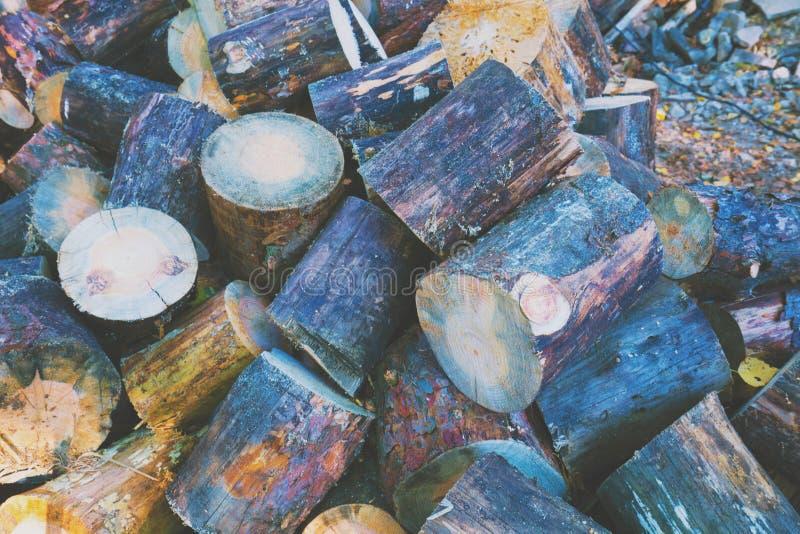 Mucchio del legno di pino tagliente all'aperto fotografie stock