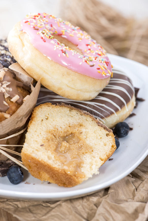 Mucchio del muffin misto e delle guarnizioni di gomma piuma fotografie stock libere da diritti