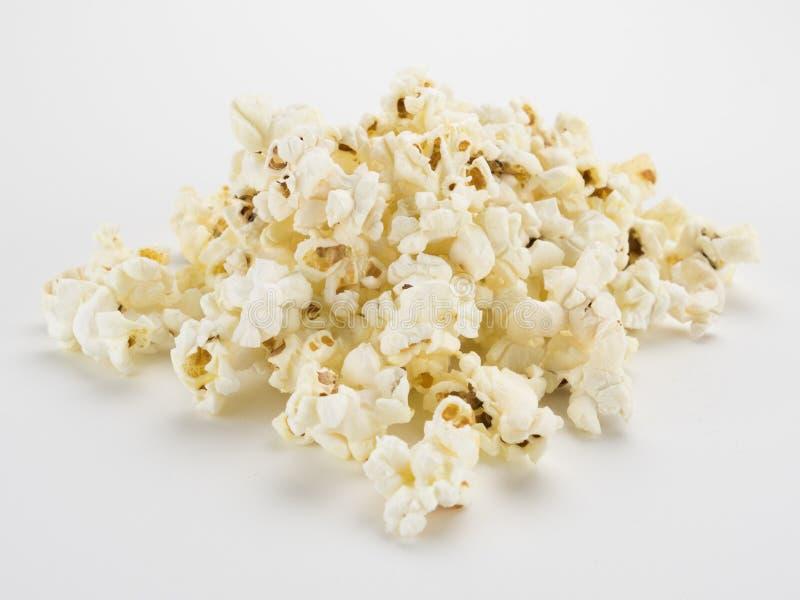 Mucchio del popcorn su bianco fotografie stock