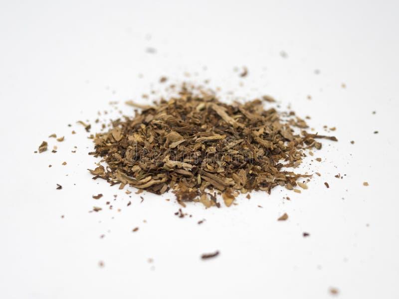 Mucchio del tabacco isolato su una superficie e su un fondo bianchi immagini stock libere da diritti